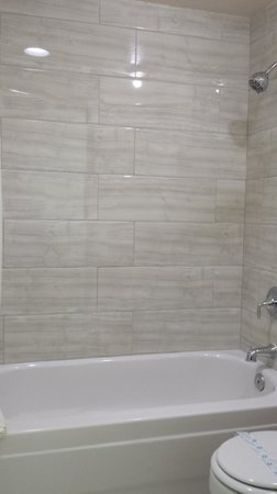 Travelodge Las Vegas Airport North/Near the Strip: Tiled shower