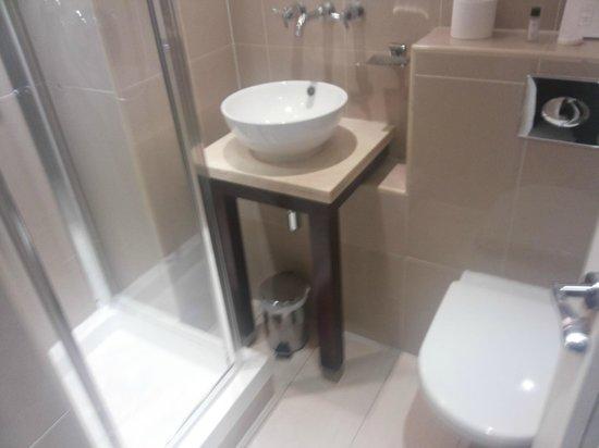 Grand Royale London Hyde Park: Tiny bathroom