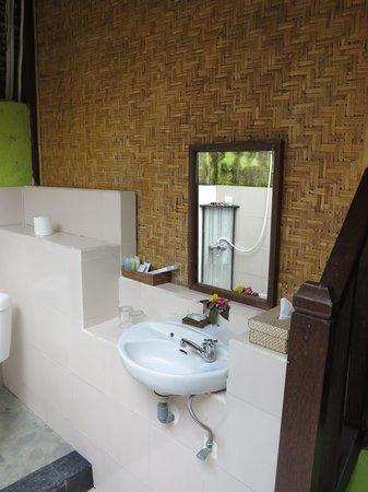 Alam Nusa Huts and Spa : Outdoor bathroom