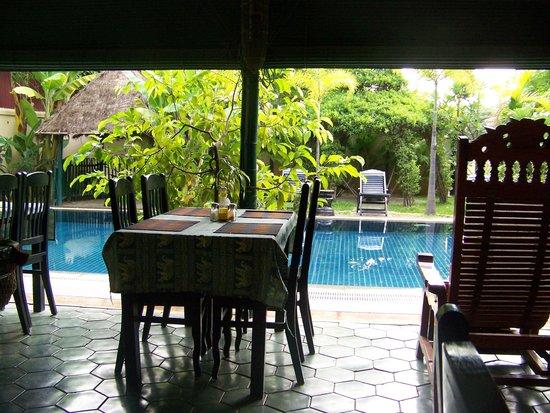 Siem Reap Garden Inn : Poolside breakfast area