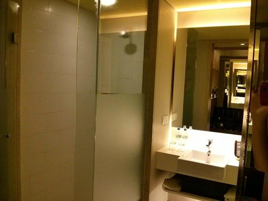 Bintang Kuta Hotel: The shower and wash basin