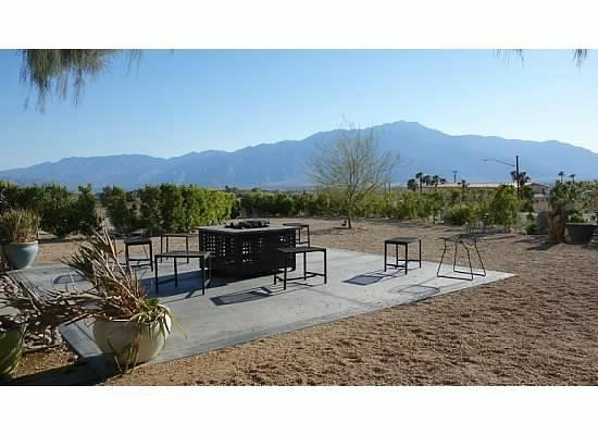 Desert Hot Springs Inn: Backyard