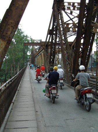 Long Bien Bridge: 人間は左に写るどぶ板状の上を歩きます(隙間から直下が見えるので高所恐怖症の人は歩いて渡るのは無理)