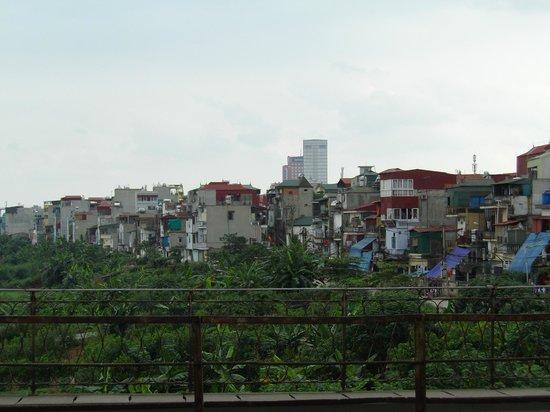 Long Bien Bridge: ロンビエン駅側から右側の住宅街(左と右の相互の写真を見比べると分ると思うが貧富の差を感じる光景)