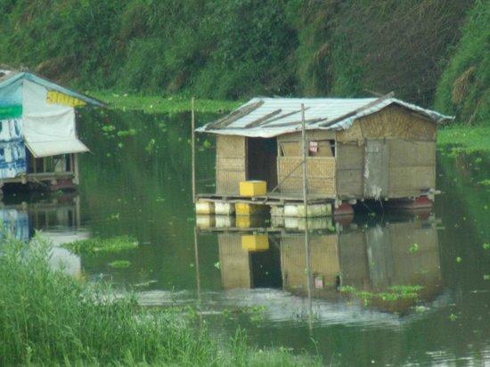 Long Bien Bridge: 橋上から見られる川に浮かぶ家?