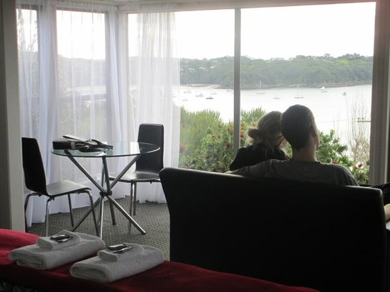 Tawa Lodge Waiheke Island: Looking out over Oneroa Bay from Aroma Del Mare honeymoon cottage