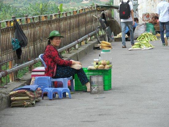 Long Bien Bridge: 橋上には物売りもいます(声掛けはしてきません)