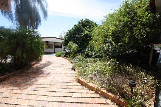 Cobar Copper City Motel: Side path
