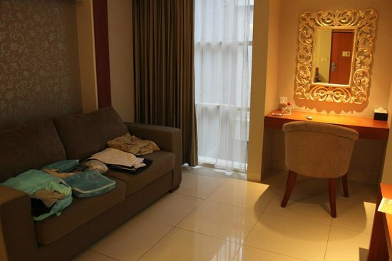Adhi Jaya Sunset Hotel : Living room sofa/bed
