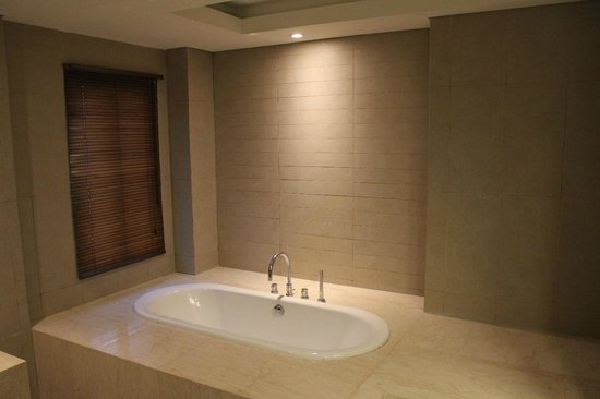Adhi Jaya Sunset Hotel : Bathtub