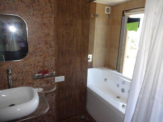 Aakar Lords Inn : Bathroom with Jacuzzi
