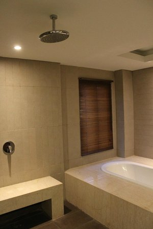 Adhi Jaya Sunset Hotel : Overhead shower