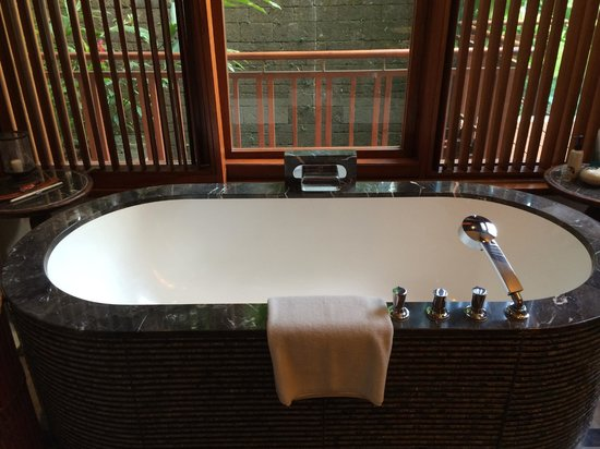 Four Seasons Resort Bali at Sayan: Bathtub & bath salt