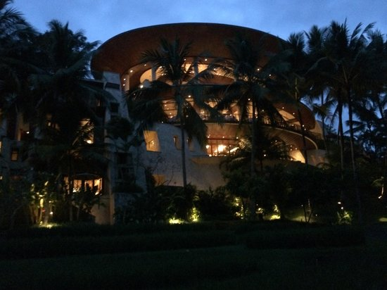 Four Seasons Resort Bali at Sayan : Main building in the early evening
