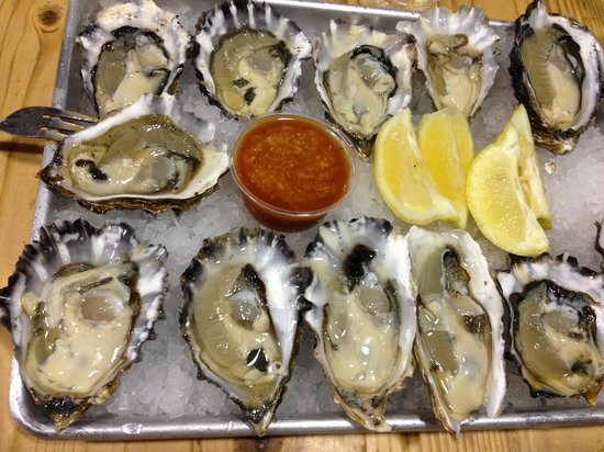 New England Lobster Market & Eatery: Oysters do not come with crackers use your bread