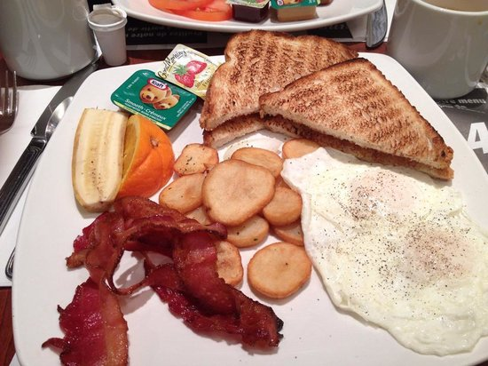 DoubleTree by Hilton Montreal Airport: Great Free Breakfast!