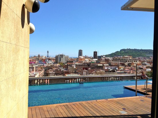 Hotel Ohla Barcelona: roofdeck pool and lounge area