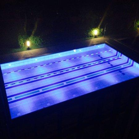Aspria Hamburg Uhlenhorst: Der Pool aus dem Hotelzimmer bei Nacht