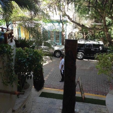 Maya Villa Condo Hotel & Beach Club: view from gate/entry to street