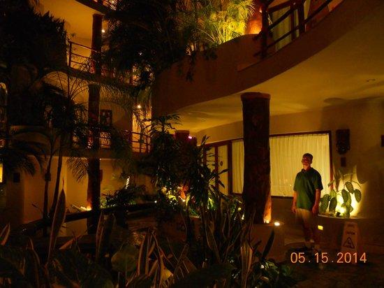 Maya Villa Condo Hotel & Beach Club: at night