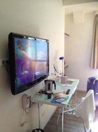 Legend hotel: TV, work table