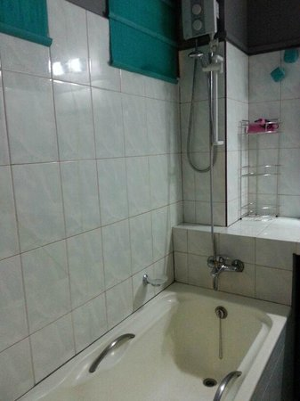 Serenite Guesthouse: Bathroom with bathtub