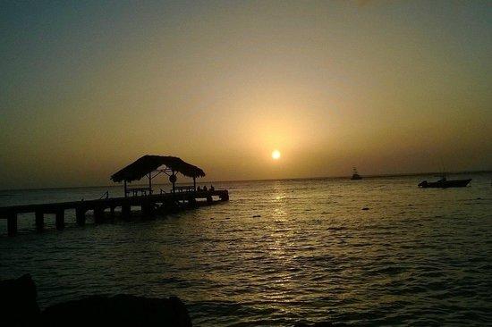 Conrado Beach Resort: Sunset view from along the beach @ Conrado