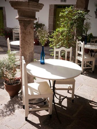 Ninos Hotel Meloc: Outdoor tables in the courtyard