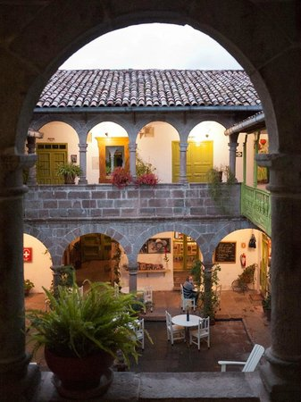 Ninos Hotel Meloc : Courtyard at night