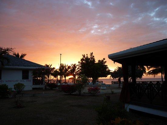 Coyaba Beach Resort : sun set at on the resort