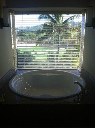 Outrigger Mauritius Beach Resort : The big bath