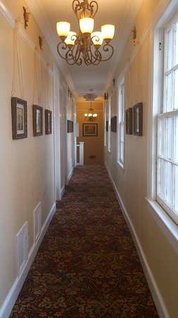 Sonora Inn : old photos and crystal chandeliers in all corridors