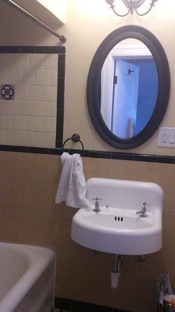 Sonora Inn : old sink and new mirror