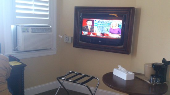 Sonora Inn: TV and A/C in our room