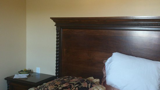 Sonora Inn: no lamp on this side of the bed; pillows were terrible