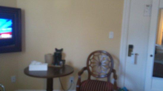 Sonora Inn : wobbly little table