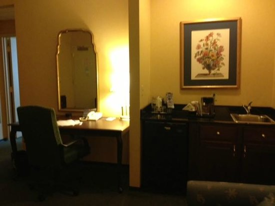 St. Louis City Center Hotel: Living Room with Desk, Refrigerator and Sink