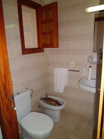 Som Llevant Suites Hotel: baño