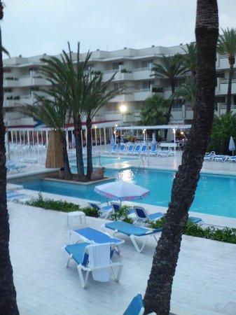 SOM Llevant Suites Hotel: zona piscina exterior aparthotel