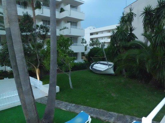 SOM Llevant Suites Hotel: zona jardín/piscina hotel