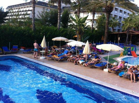 Caretta Beach Hotel: Pool during the day