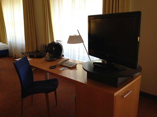 Mercure Hotel & Residenz Berlin Checkpoint Charlie: Zimmer, Schreibtisch m it Kaffeemaschine + TV