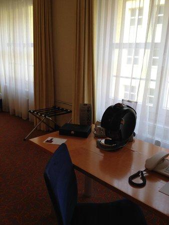 Mercure Hotel & Residenz Berlin Checkpoint Charlie: Schreibtisch mit Kaffeemaschine
