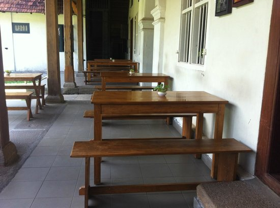 Pepper House Cafe: out side seating
