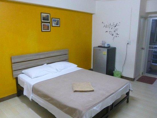 Gemspark Apartment: Кровать - большая, хотя и жесткая, но вполне удобная