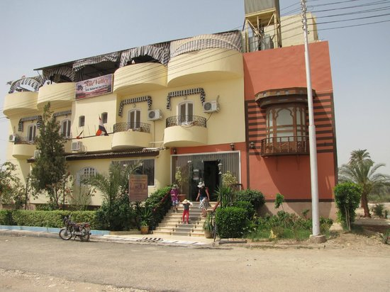 Nile Valley Hotel Restaurant: Hotel, streetview