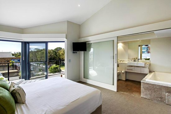 Byron Bay Penthouse Apartments: Master bed and ensuite