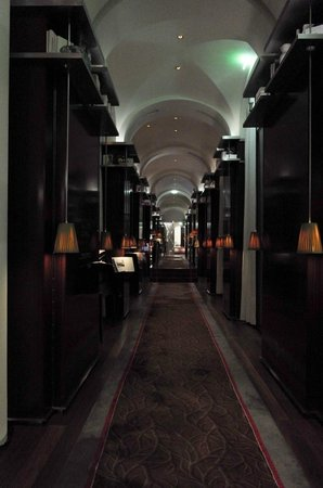 Le Royal Monceau-Raffles Paris : hallway on the ground floor