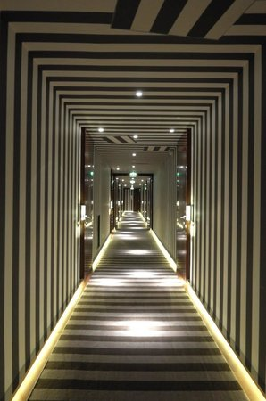 Le Royal Monceau-Raffles Paris: hallway to rooms