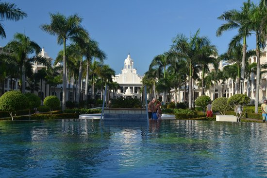 Hotel Riu Palace Punta Cana: From the pool bar looking up to the main building